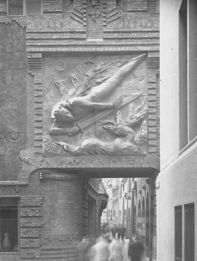 Die historische Fotografie zeigt den Lichtbringer zeigt den Eingang der Böttcherstraße. Im Hintergrund sind Passanten und Touristen zu sehen.