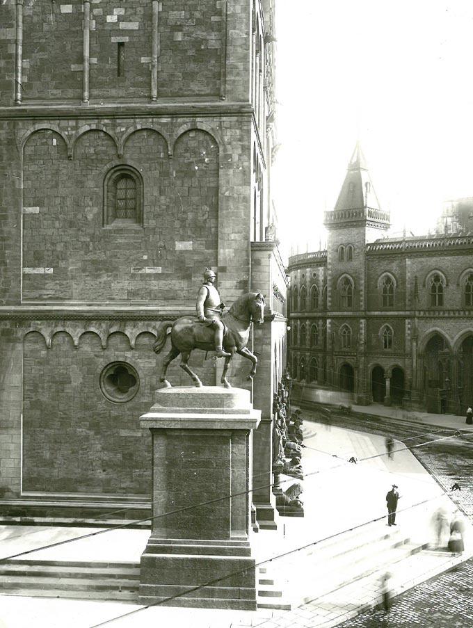 """Historische Seitenansicht des""""Bismarck-Denkmals"""". Im Hintergrund ist der St. Petri Dom zu sehen."""