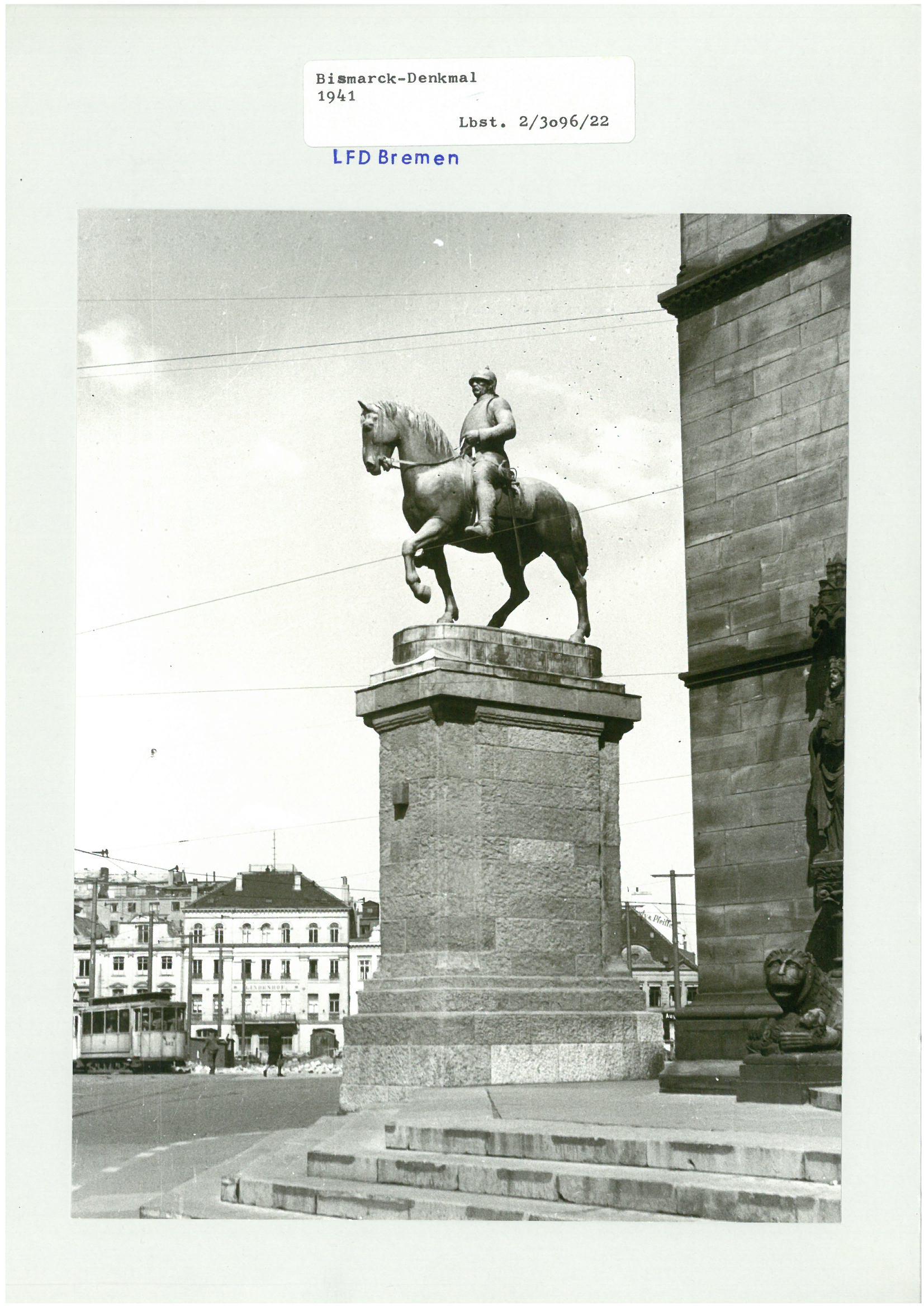 """Eine historische Ansicht des """"Bismarck-Denkmals"""" aus Bronze aus dem Jahre 1941. Es zeigt den ehemaligen Reichskanzler Otto von Bismarck auf einem Pferd sitzend."""